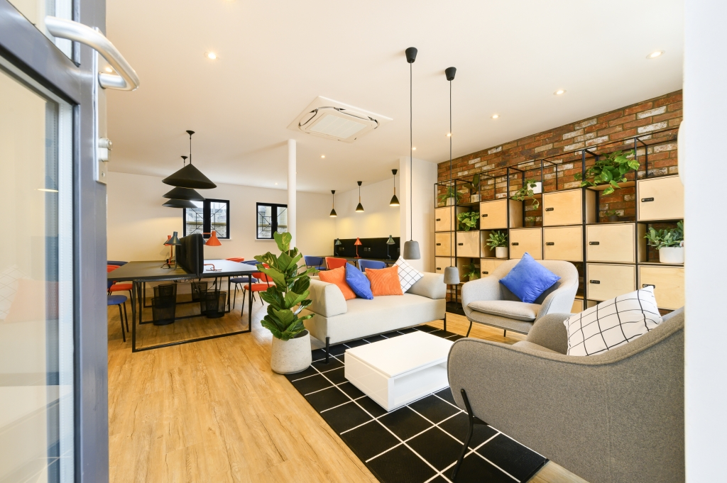 A fully serviced co-working business space in Chelsea with seating, lockers and spacious desks.